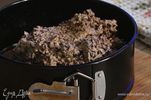 Тесто выложить в форму, равномерно распределить. Выпекать в духовке, разогретой до 180°C, в течение 30 минут.