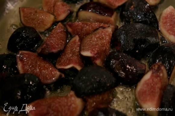 В тяжелой глубокой сковороде разогреть оливковое и сливочное масло и обжарить инжир на маленьком огне, затем посолить, поперчить, перемешать и снять с огня.