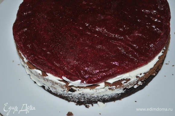 В середину торта добавим малиновый слой.