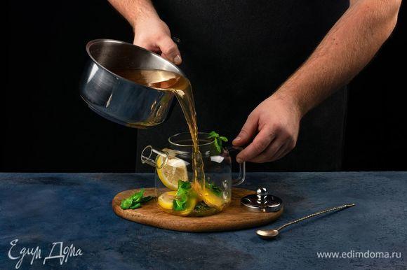 Залейте содержимое сотейника в чайник.