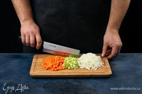 Лук, сельдерей и морковь нарежьте мелким кубиком.