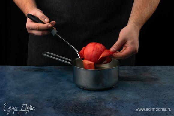 Помидор обдайте кипятком и снимите кожуру. Натрите мякоть помидора на терке.