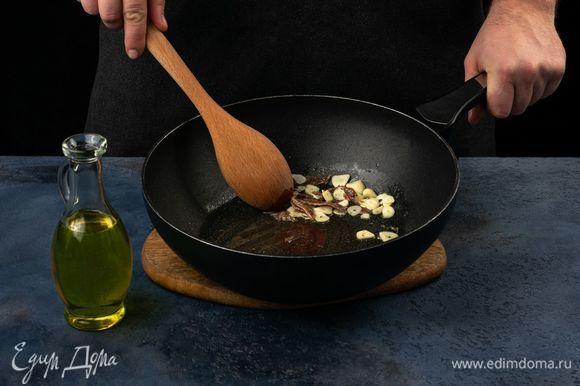 На сковороде в оливковом масле пожарьте анчоусы с чесноком.