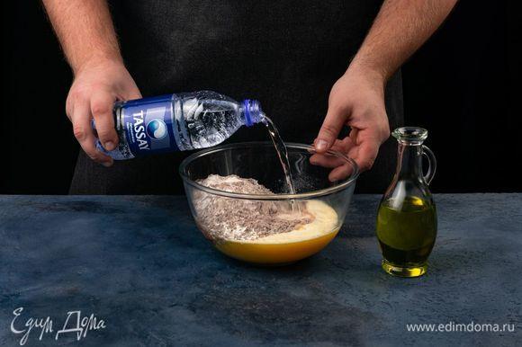Соедините сухую и яичную смеси, перемешайте. Добавьте растительное масло и газированную волу Tassay.