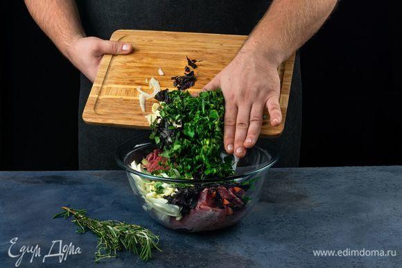 В глубокую миску положите мясо, добавьте лук, рубленную зелень, чеснок.
