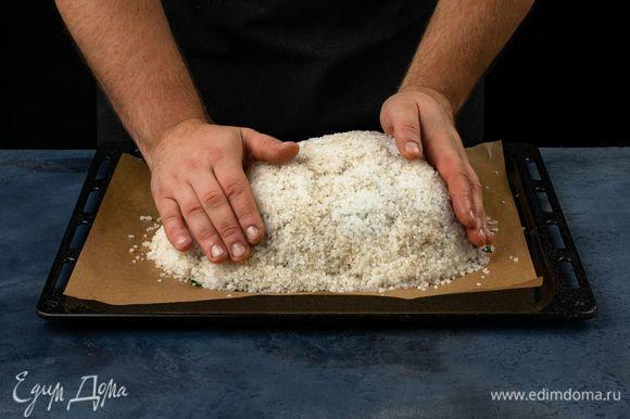 Закройте мясо солевым панцирем. Поставьте его запекаться в духовку при 190°С на 40 минут.