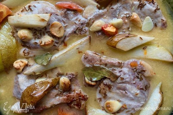 В период выпекания желательно пару раз полить мясо соусом, в котором оно готовится. Если он будет быстро выпариваться, то и свинина будет не покрыта.