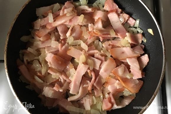Для начинки пожарить грудинку и лук в сливочном масле.