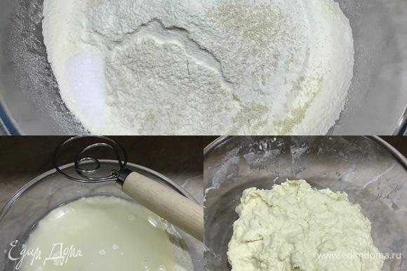 В миску просеять муку, добавить соль, дрожжи и перемешать. Затем влить теплую воду и перемешать ложкой для теста. Месить тесто не надо, нам просто нужно перемешать все до однородного состояния. Затянуть миску с тестом пленкой и оставить при комнатной температуре на 8 часов. Я оставляю тесто на ночь, а утром на завтрак пеку свежий хлеб.