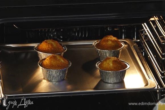 Разогреть духовку до 200°С, выпекать маффины в течение 15–17 минут.