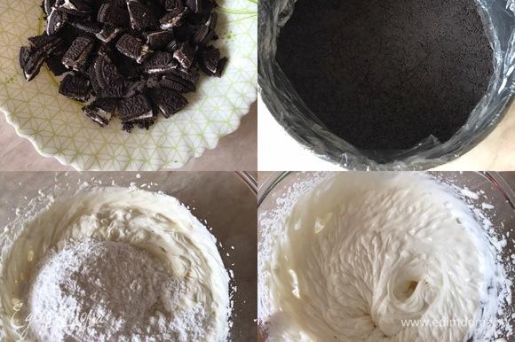 Для начинки печенье крупно порубить. Достать форму из холодильника и застелить бортики пищевой пленкой. Сливочный сыр комнатной температуры хорошо взбить, добавить сахарную пудру, ванильный сахар и еще раз хорошо взбить.