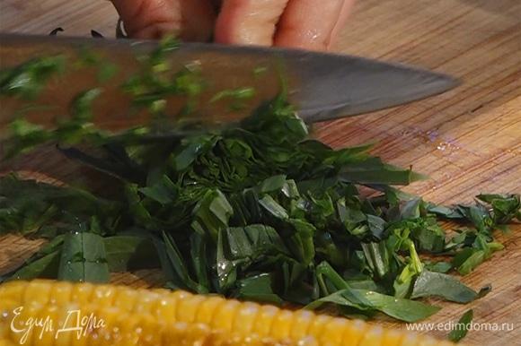 Мелко нарезать тархун, добавить к макаронам.