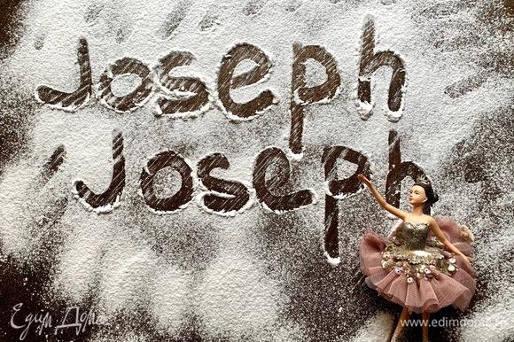 Компания Joseph Joseph была создана в 2003 году двумя братьями близнецами Ричардом и Энтони Джозефами. В линейке товаров компании кухонные принадлежности — лопатки, щипцы, шумовки, кухонные ножи, разделочные доски. Также аксессуары для приготовления множество блюд — коврики для теста, скалки, таймеры, весы, посуда для сервировки, емкости для хранения и многое другое. В мае 2013 года владельцы компании получили награду The British Inspiration Award за инновации в дизайне товаров для кухни. В данном рецепте можно использовать миску для приготовления крема, доску для нарезки орехов при помощи терки натереть шоколад.