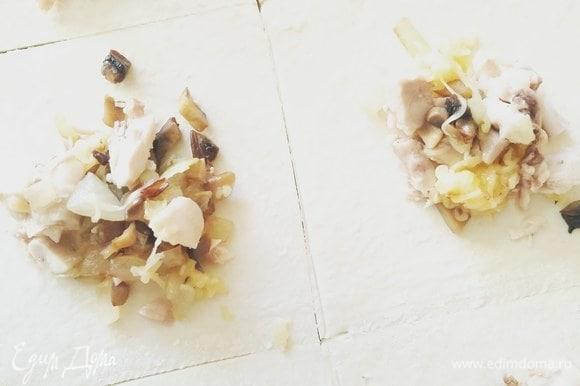 Слоеное тесто нарезаем на квадраты и в центр каждого кладем немного начинки.