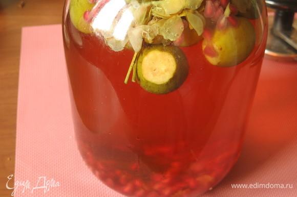 Кипятим сироп, заливаем фрукты, закатываем.