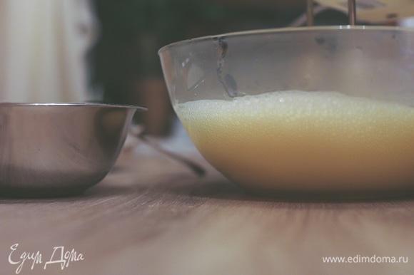 Влить кипяток, взбивая миксером. Масса увеличится в три раза. Влить холодное молоко или овсяное молоко, продолжая взбивать. Добавить муку, взбивая на маленьких оборотах, и влить масло.