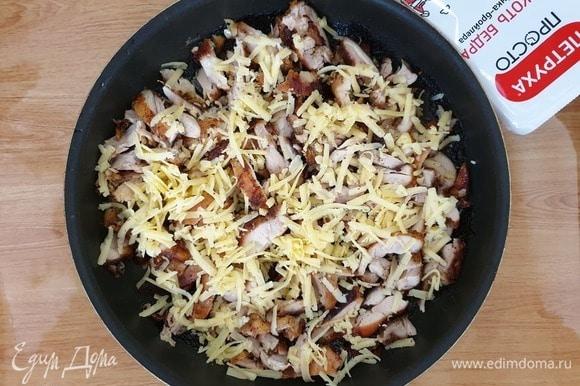 Курицу нарезаем не слишком мелко, посыпаем сыром и отправляем в духовку буквально на минуту, чтобы расплавился сыр.