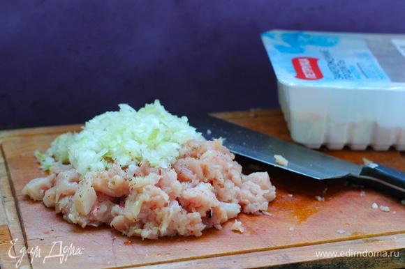 Очищенный лук нарубить мелким кубиком (как вариант — натереть на крупной терке). Куриное филе ТМ «Петруха» порубить острым ножом (лучше заранее его подморозить, чтобы легче рубилось). Смешать лук с мясом, добавить соль, перец и ледяную воду (или крошки льда), оставить в холоде минут на 20.