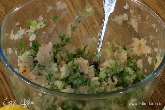В рыбный фарш ввести яйцо, всыпать черный перец, чили и соль, добавить 150‒200 г картофельного пюре, цедру и сок лайма, измельченную зелень и все перемешать. Дать фаршу постоять.