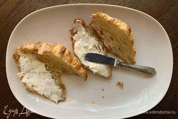 Разрезаю круассаны. Сыр смешиваю с сахарной пудрой до образования кремовой массы. Сыр подойдет любой, мне нравится «Филадельфия» или маскарпоне. Аккуратно намазываю крем, сверху — еще щепотку сахарной пудры.