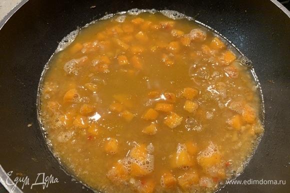 Булгур высыпаем в сковороду на овощи, заливаем водой и накрываем крышкой. Тушим 5 минут. Снимаем крышку, мешаем, добавляем соль и вновь накрываем крышкой. Огонь должен быть минимальным. Тушим еще 10 минут. Выключаем огонь, мешаем и оставляем еще на 5 минут под крышкой.
