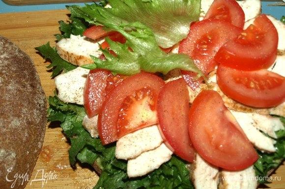 Выкладываем помидоры и оставшуюся часть салата. При желанию по вкусу посолить и поперчить.