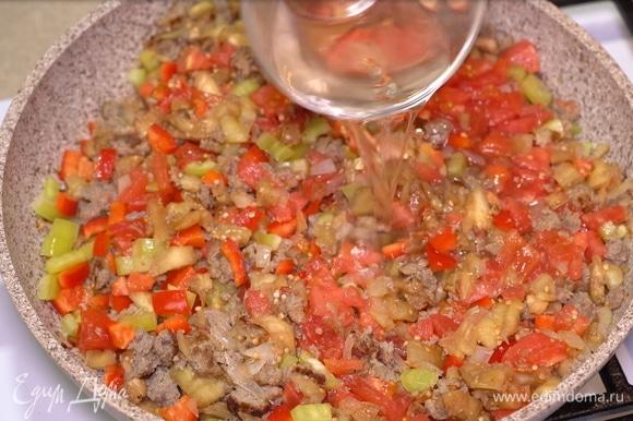 И наливаем наш главный ингредиент — белое полусухое вино. Тушим еще около 10 минут, не накрывая крышкой.