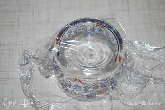На перевернутую банку (у меня креманка) накиньте пищевую пленку. Положите на пленку раскатанное тесто и прижмите его к банке, формируя бортики.