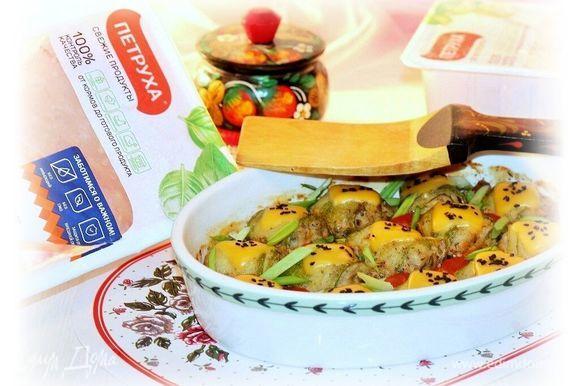 Затем достаем формочку, посыпаем тертым сыром или украшаем пластинчатым сыром. Отправляем обратно в духовку на 1–2 минуты до расплавления сыра.