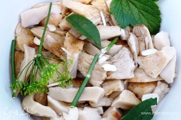 В кастрюлю уложить грузди, пересыпая пластинками чеснока, ароматными листьями и укропом.