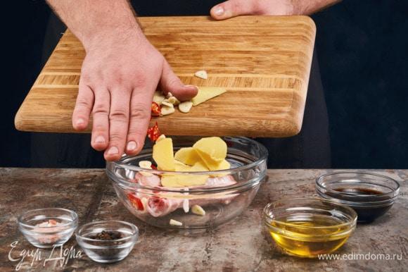 Нарежьте кружочками 1 зубчик чеснока, перец чили и имбирь. Смешайте соевый соус и мед, немного посолите. Курицу натрите чесноком, поперчите, полейте соусом.