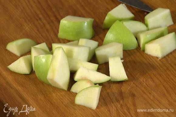 Яблоко, удалив сердцевину, нарезать кубиками.