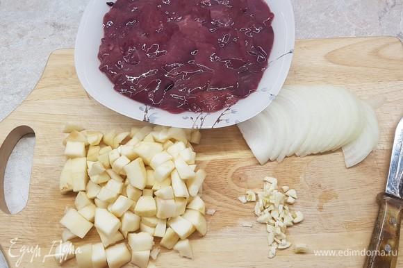Куриную печень нарезать кусочками, лук — полукольцами, чеснок мелко порубить. Яблоки очистить от кожицы и семян и нарезать кубиками.
