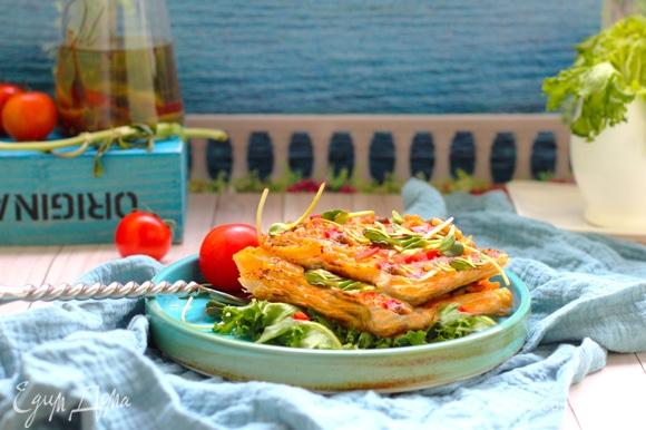 Нарезать тарт на квадраты роликом для пиццы и подавать с овощами. Тарт невероятно хрустящий снизу и сочный внутри. Попробуйте!