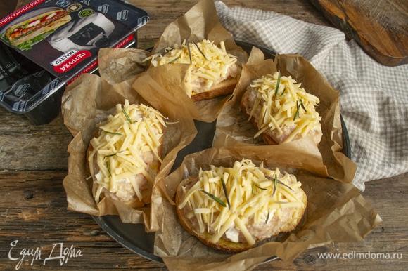Вырезаем небольшие квадраты из пергамента для выпечки, смазываем бумагу капелькой растительного масла, кладем на противень. Выкладываем на пергамент бутерброды. Смазываем котлеты майонезом, обильно посыпаем тертым сыром. Для аромата можно добавить немного розмарина или тимьяна.