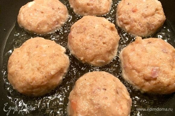На сковородку — оливковое и сливочное масло. Формирую котлетки небольшого размера, жарю с двух сторон по 2–3 минуты.
