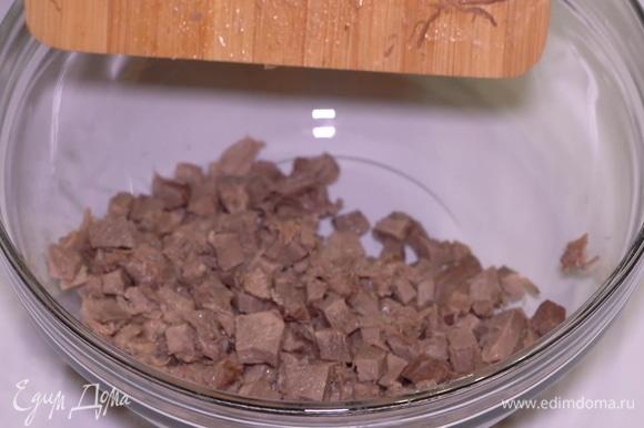 Язык, морковь, картофель, маринованные огурчики и яйца нужно нарезать кубиками. Смешиваем все нарезанные ингредиенты в большой миске. Сначала я отправляю в миску нарезанный язык.