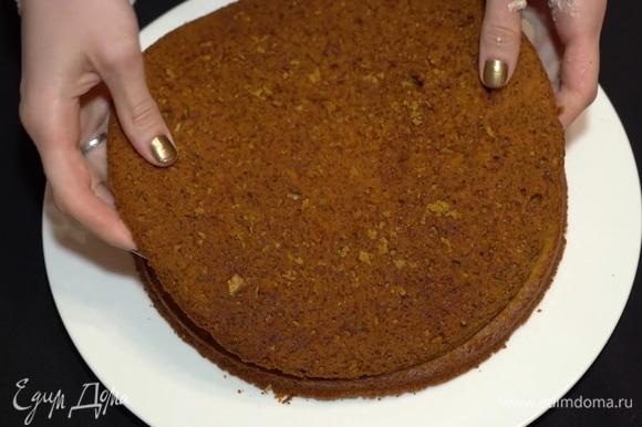 Наносим слой крема между коржей и сверху ставим следующий корж. Затем опять наносим крем, повторяем все то же самое. То есть формируем тортик. Самый верхний корж ставим дном вверх, чтобы эта часть была ровной.