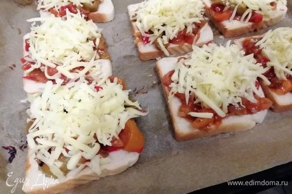 На противень выложить хлеб для тостов, на него — маринованную смесь овощей, сверху — сыр. У меня из данного количества овощей получилось 7 сэндвичей. Запекать в заранее разогретой до 200°C духовке 15 минут.