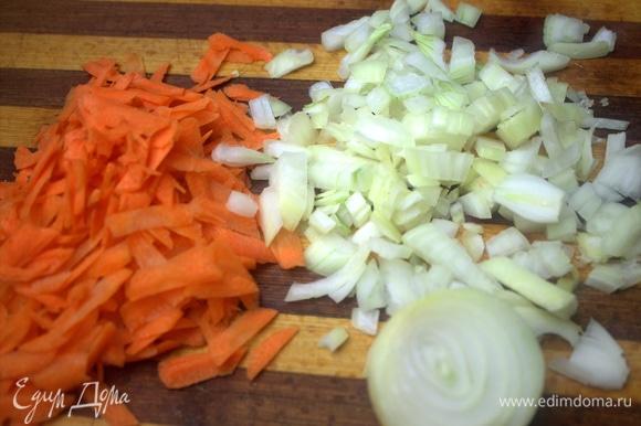 Натереть крупно морковь и нашинковать луковицу. Можно порей. Поставить на огонь обжариваться. Желательно еще добавить корень сельдерея.