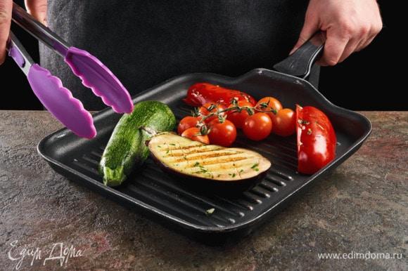 Овощи посолите, поперчите, сбрызните оливковым маслом, обжарьте на сковороде-гриль.