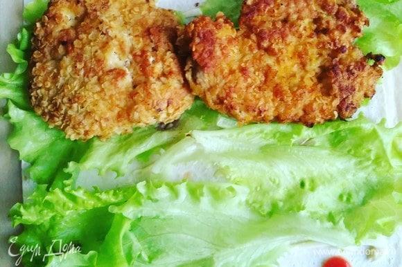 Затем — листья салата и мясо.