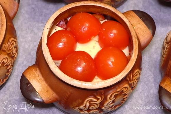 В завершении укладываем сверху помидорки черри, разрезанные на две части.