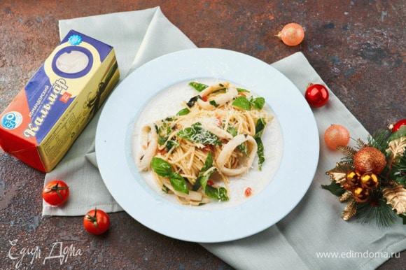 Перед подачей украсьте блюдо базиликом и петрушкой.