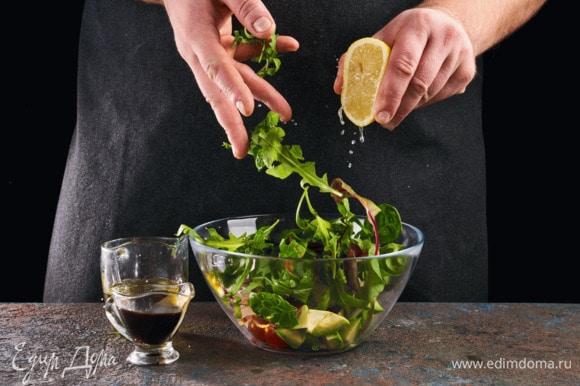 Смешайте в салатнике салатный микс, кальмаров, черри, лук и авокадо. Сбрызните его лимонным соком, чтобы оно не потемнело. Посолите, поперчите, заправьте оливковым маслом и бальзамическим уксусом.