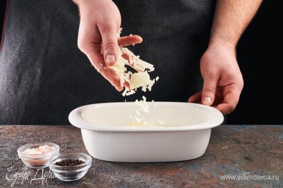 Сыр натрите на крупной терке и выложите его последним слоем. Выпекайте при 180°С в духовке 40 минут.