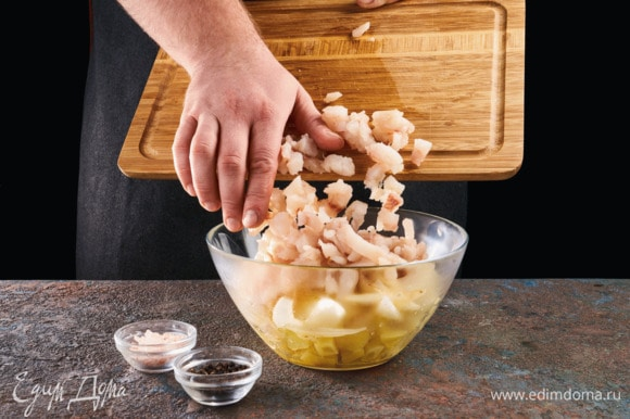 Смешайте обжаренный лук, отварной картофель и рыбу, посолите, поперчите.