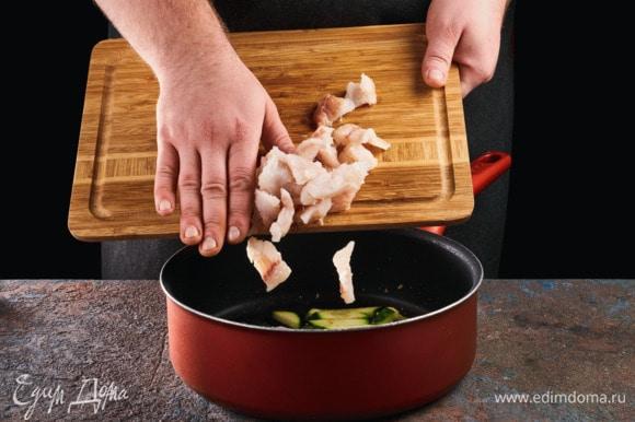 Добавьте рыбу в сковороду, обжарьте 2 минуты.