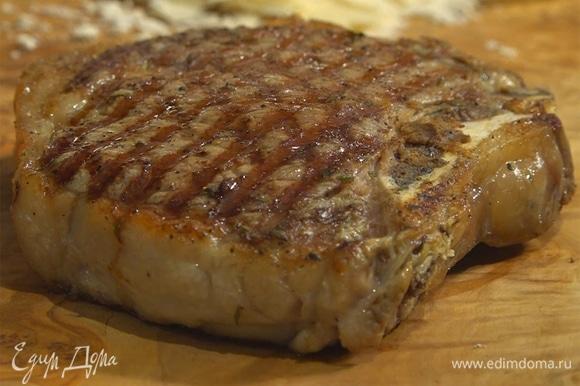 Готовому мясу дать отдохнуть на деревянной доске или на теплой тарелке.