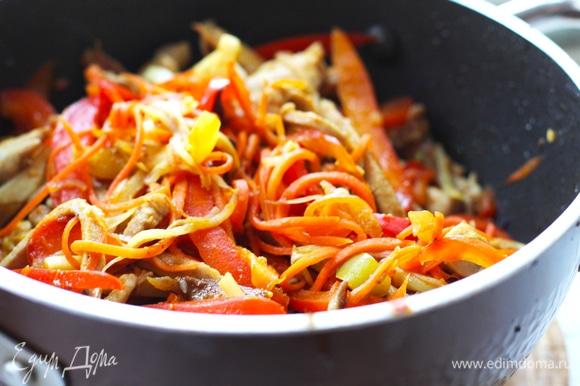 В сковороду добавить немного масла, забросить имбирь, чеснок и сладкий перец (и острый, если используется). Готовим на большом огне 2–3 минуты. Основной критерий — сладкий перец должен хрустеть, не должен потерять свет и стать мягким. Добавить в сковороду корейскую морковь, мясо и влить соус. Готовить на среднем огне меньше минуты и влить крахмальную воду. Соус должен закипеть. Выключить огонь. Попробуйте на соль, корейская морковь дает много вкуса, старайтесь не переборщить с солью.